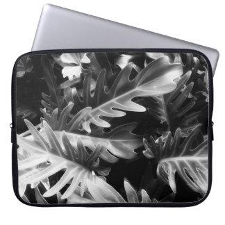 Glühendes tropisches Schwarzweiss-Blätter Laptopschutzhülle