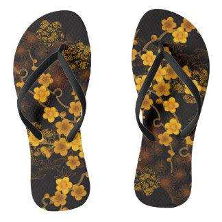Goldene Kirschblüte drehen Reinfälle um Flip Flops