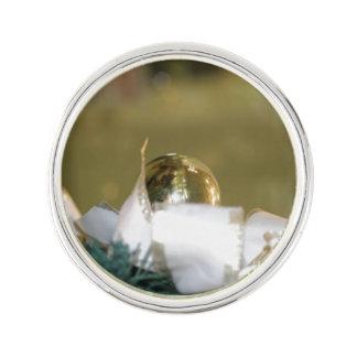 Goldener Weihnachtsflitter mit weißem Band Anstecknadel
