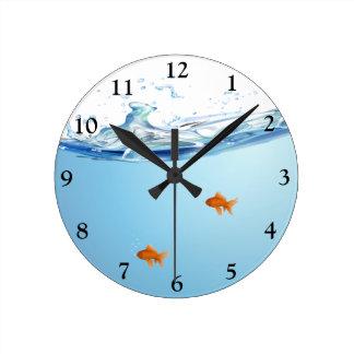 Goldfisch unter Wasseraquarium Uhren