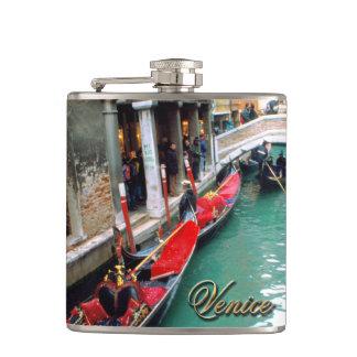 Gondeln auf einem venezianischen Kanal Flachmann