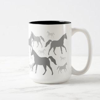 Graue PferdeSilhouette-GetränkeTasse oder -Stein Zweifarbige Tasse
