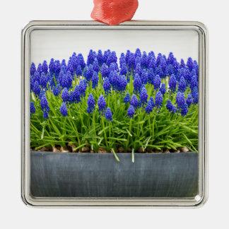 Grauer MetallBlumenkasten mit blauen Quadratisches Silberfarbenes Ornament