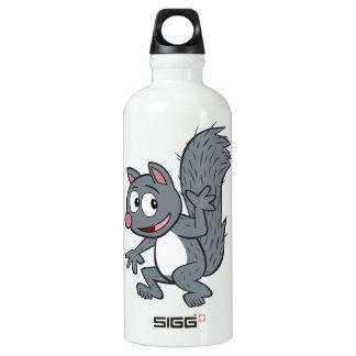 Graues Eichhörnchen-Wellenartig bewegen Wasserflasche