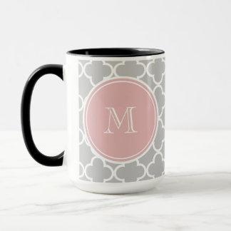 Graues Quatrefoil Muster, rosa Monogramm Tasse