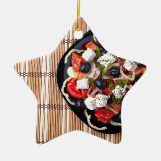 Griechischer vegetarischer Salat der Tomaten, Keramik Stern-Ornament