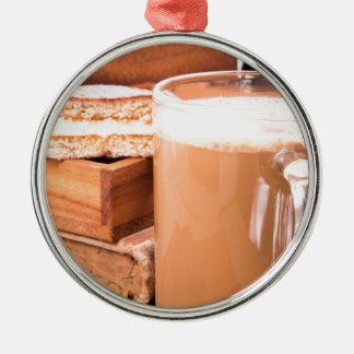 Große Tasse heißer Kakao mit Schaum Silbernes Ornament