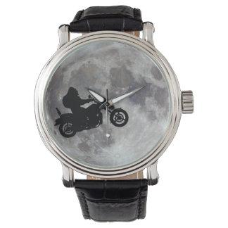 Großer Fuß, großes Fahrrad und ein großer heller Uhr