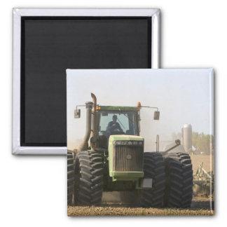 Großer Traktor, der Frühlingsboden auf a kultivier Quadratischer Magnet