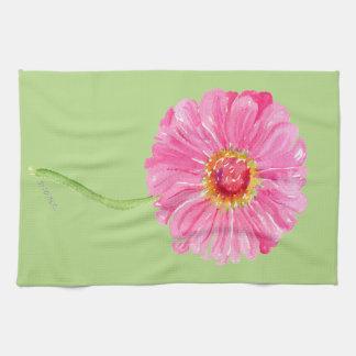 Großes rosa Zinnia-Geschirrtuch auf hellgrünem Handtücher