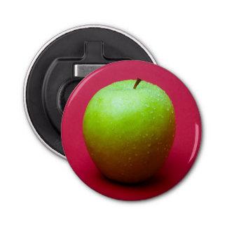 Grüner Apfel auf rotem Hintergrund Runder Flaschenöffner