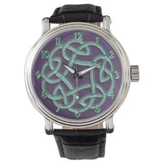 Grüner keltischer Knoten auf lila klassischer Uhr