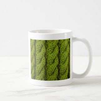 Grünes Kabelstricken Kaffeetasse