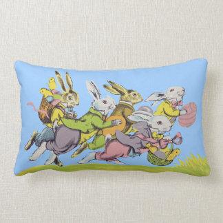 Gruppe Ostern-Kaninchen-Pastell-Kleidung im Gras Lendenkissen