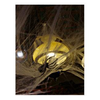 Gruselige Spinne und Spinnennetze für Halloween Postkarte