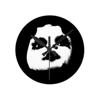 Gruseliges Puppen-Gesicht Runde Wanduhr