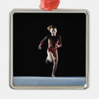 Gymnast (12-13) laufend auf Matte Quadratisches Silberfarbenes Ornament
