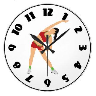Gymnast, der Uhr aufwärmt