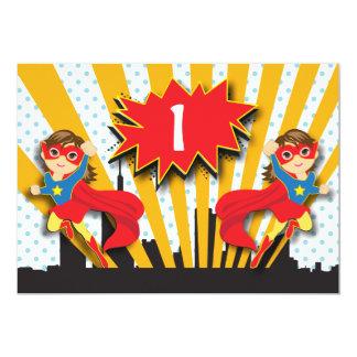 Haar-Mädchen des Zwillings-Superheld-Geburtstags-  12,7 X 17,8 Cm Einladungskarte