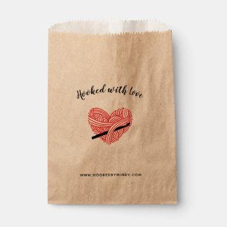 Häkelarbeit gehakt mit Liebe-Garn-Herz-Handwerk Geschenktütchen