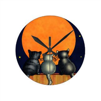 Halloween-Katzen passen den Mond - Vintage Art auf Runde Wanduhr