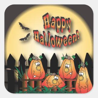 Halloween-Kürbise, die auf einem Zaun sitzen Quadratischer Aufkleber