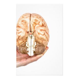 Hand hält vorbildliches menschliches Gehirn auf Individuelles Druckpapier