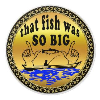 Hände, die auseinander einen Fisch und ein Boot Keramikknauf