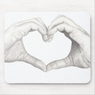 Hände in der Form eines Herzens Mousepads