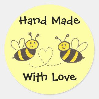Handgemacht mit Liebe - Honig-Bienen mit Herzen Runder Aufkleber