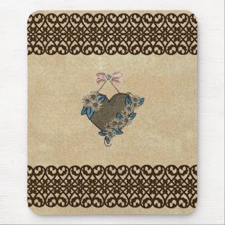 Hängendes Brown-Herz mit mit Filigran geschmücktem Mousepads