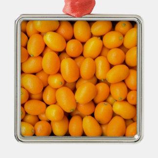 Haufen der orange japanischer Orangen im Quadratisches Silberfarbenes Ornament