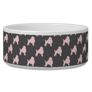 Haustierschüssel-Rosapudel auf grauem Hintergrund Napf