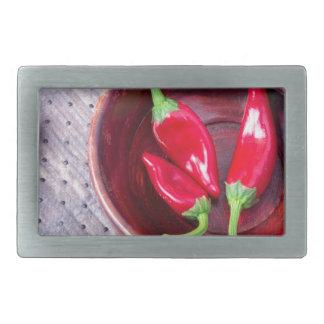Heißer roter Pfeffer der Paprikas in einer braunen Rechteckige Gürtelschnallen