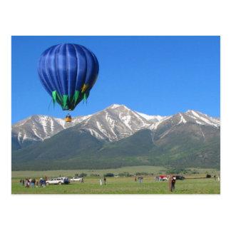 Heißluft-Ballon und Snowy-Berge in Colorado Postkarte