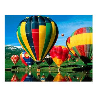 Heißluft-Ballone am Seeufer hinter Karte