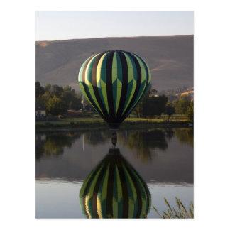 Heißluftballon über dem Yakima Fluss 2 Postkarte