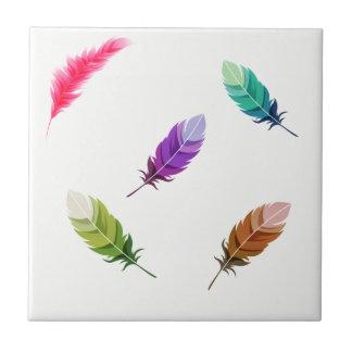 Hell farbige Federn auf Weiß Fliese