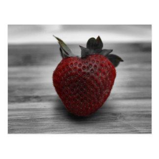 Helle rote Erdbeere auf Schwarzweiss Postkarte
