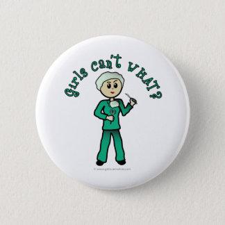 Heller weiblicher Chirurg im Grün scheuert sich Runder Button 5,7 Cm