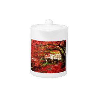 Herbst-Ahornbäume durch eine Brücke im