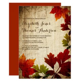 Herbst-Blätter auf hölzerner rustikaler Hochzeit 12,7 X 17,8 Cm Einladungskarte