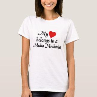 Herz gehört einem Medium-Archivar T-Shirt