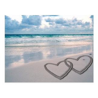 Herzen gezeichnet im Sand Postkarte
