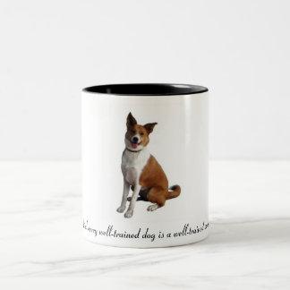 Hinter jedem gut ausgebildeten Hund… Zweifarbige Tasse