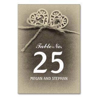 Hochzeits-Tischnummerkarten mit Liebeherzen