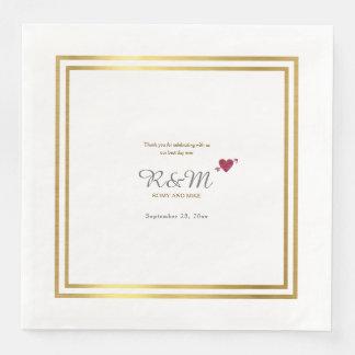 Hochzeitsmonogramm auf weißem Abendessen Papierservietten