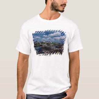 Hohe Winkelsicht der provinziellen Küstenstadt, T-Shirt