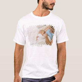 Hohe Winkelsicht des stillenden Babys der Frau T-Shirt