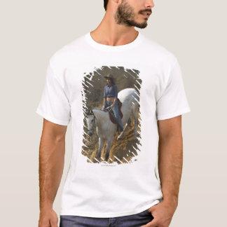 Hohe Winkelsicht einer jungen Frau, die ein Pferd T-Shirt